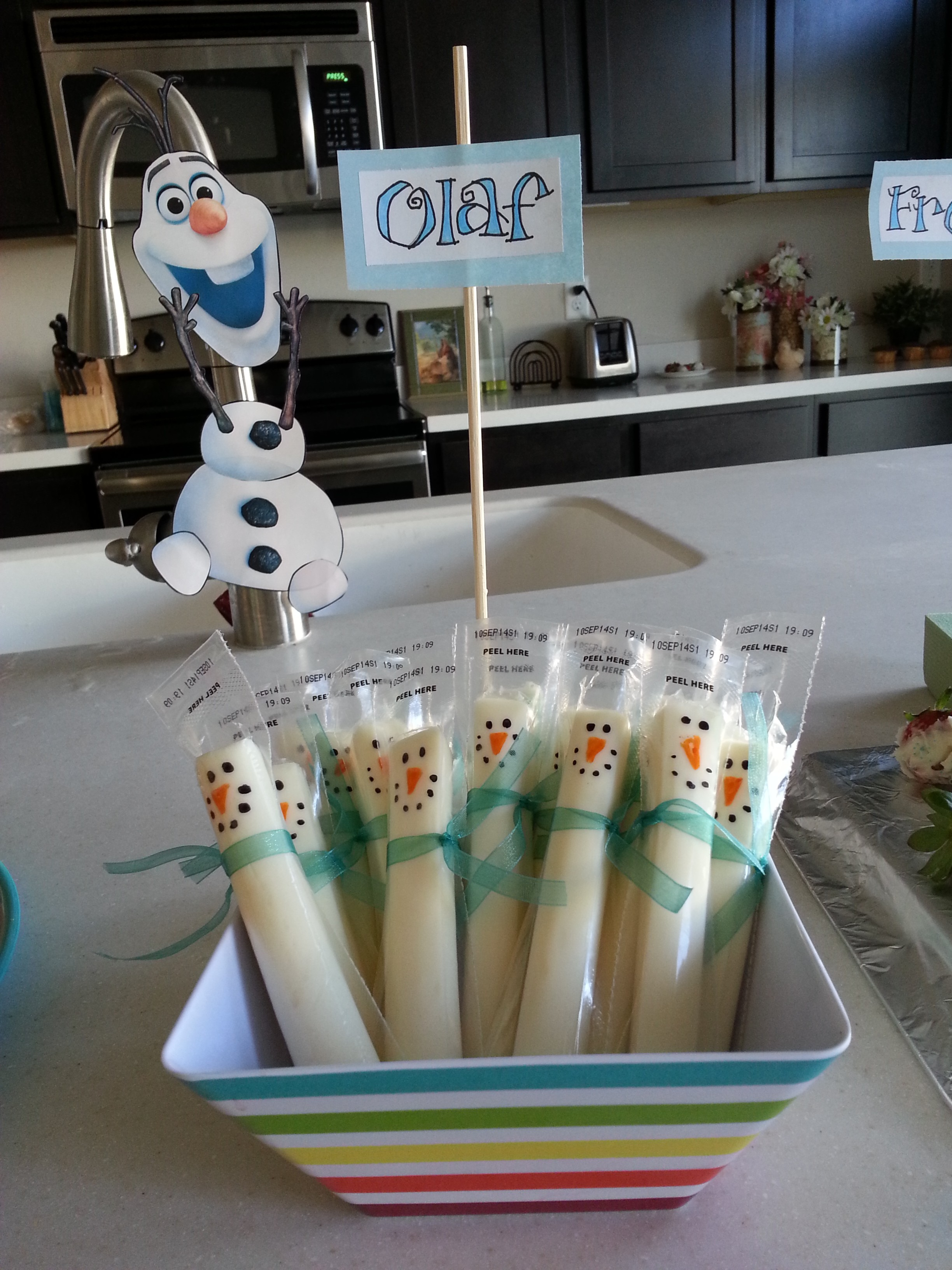 Homemade frozen birthday party decorations image for Home made party decorations