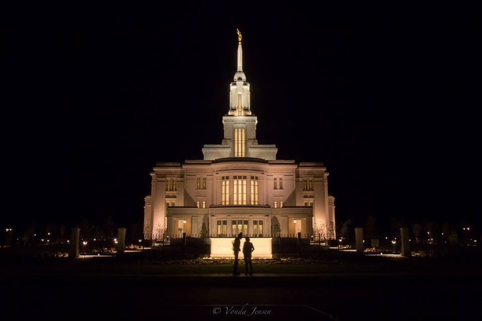 Amazing timing - man proposes to his girlfriend at the Payson Temple 1