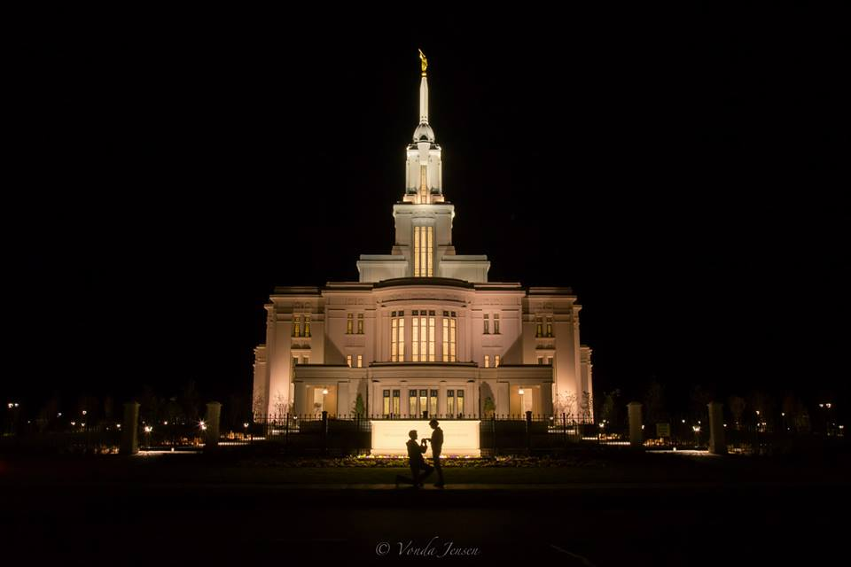 Amazing timing - man proposes to his girlfriend at the Payson Temple 2