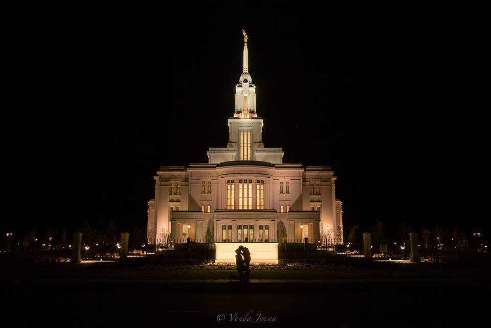 Amazing timing - man proposes to his girlfriend at the Payson Temple 3