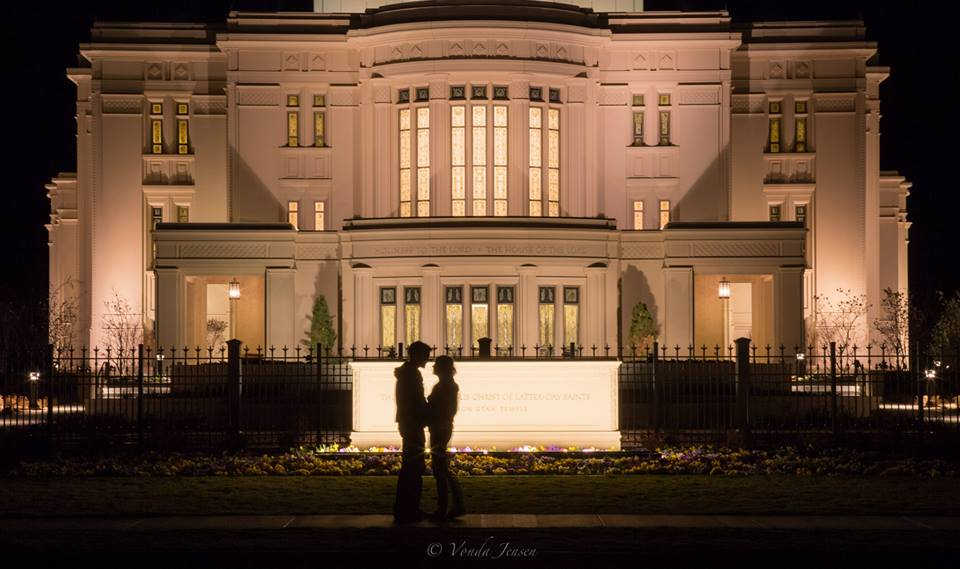 Amazing timing - man proposes to his girlfriend at the Payson Temple 4
