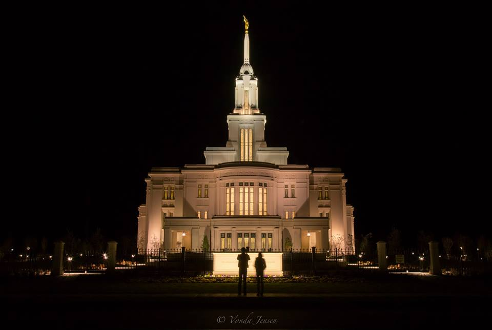 Amazing timing - man proposes to his girlfriend at the Payson Temple
